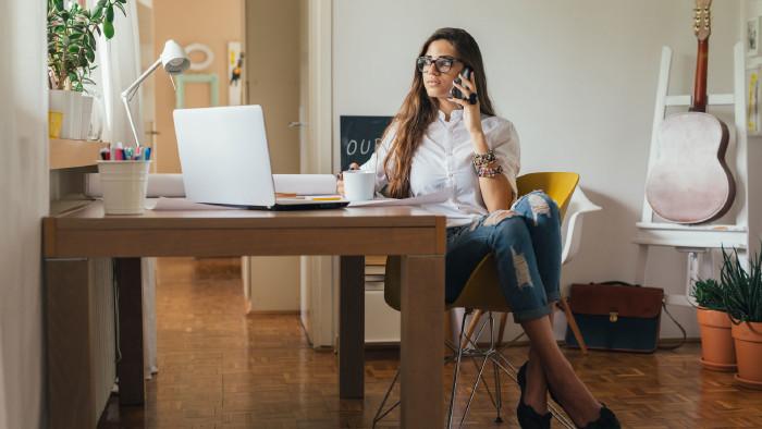 Frau im Home Office © cherryandbees, adobe.stock.com