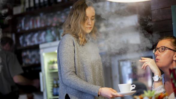Kaufen dürfen Jugendliche unter 18 keine Zigaretten, aber als Lehrling eingequalmt werden schon. © Graf-Putz, AK Stmk