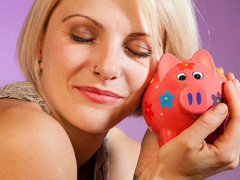 Frau mit Sparschwein © pix4U, Fotolia
