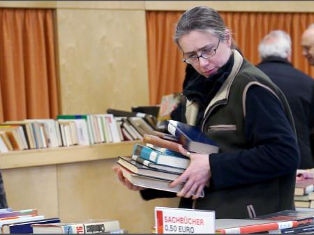 Viele schlugen am Bücherflohmarkt ordentlich zu © Schön, AK Stmk