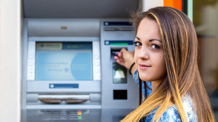 Junge Frau vor Bankomat © dobok - stock.adobe.com, AK Stmk