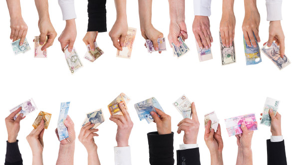 Hände die Geldscheine verschiedener Währungen halten. © stock.adobe.com/Miriam-Doerr, AK Stmk