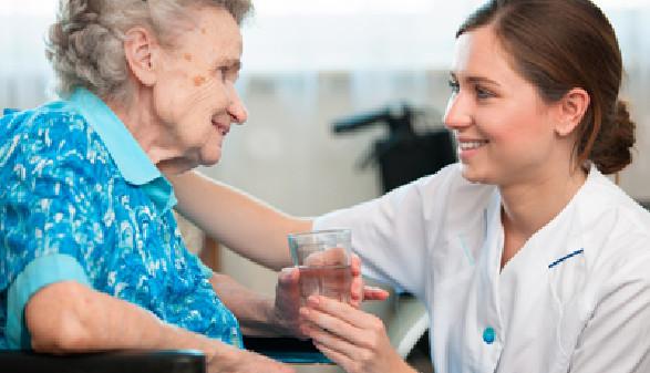 Pflegerin kümmert sich liebevoll um eine ältere Dame. © Alexander Raths, Fotolia.com