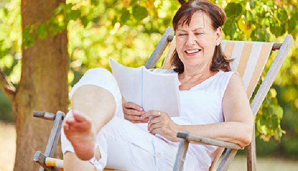 Frau entspannt sich im Liegestuhl und liest ein Buch. © Robert Kneschke, Fotolia