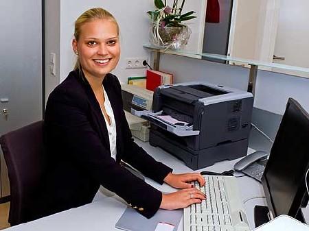 Frau, Drucker, Büro, freundlich, Arbeitsplatz © Jürgen Fälchle, Fotolia.com