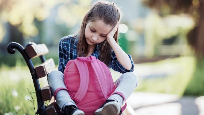 Mädchen sitzt traurig auf der Parkbank. © bobex73_-_stock.adobe.com, AK Stmk