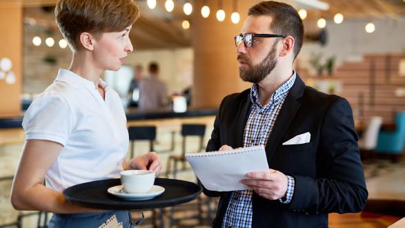 Lokalbetreiber im Gespräch mit Kellnerin. © pressmaster - stock.adobe.com, AK Stmk