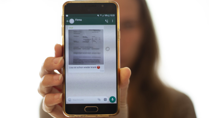 Krankenstandsmeldungen von Mitarbeiterinnen und Mitarbeitern z. B. in WhatsApp-Gruppen zu posten, verstößt gegen den Datenschutz. © Temel, AK Stmk