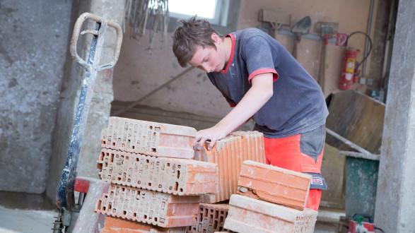 Lehrling in der Bau-Lehrwerkstätte. © Graf-Putz, AK Stmk