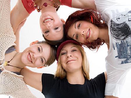 Frauen in einer Gruppe halten sich zusammen © Franz Pfluegl, fotolia.com