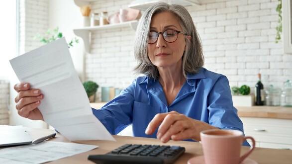Frau mit Taschenrechner © insta_photos, stock.adobe.com
