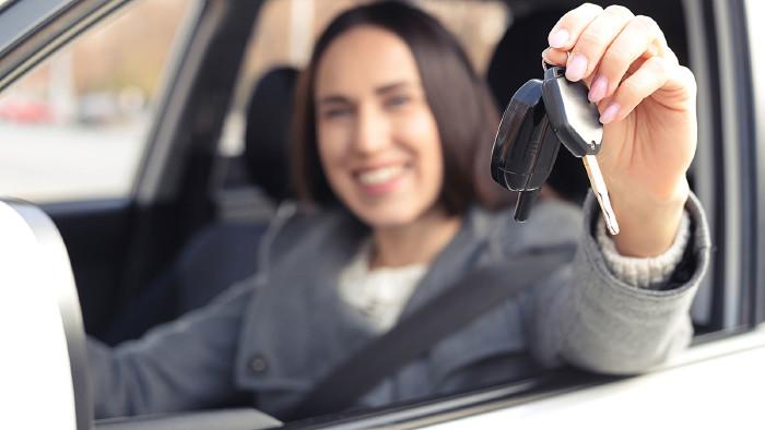 Vorsicht beim Autoverkauf beim Händler: Versteckte Gebühren sind möglich. © ArtFamily - stock.adobe.com, AK Stmk
