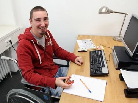 Junger Mann im Rollstuhl bei der Arbeit © Claudia Nagel, Fotolia