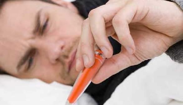 Krank - Mann liegt im Bett und misst Fieber! © Danel, Fotolia.com