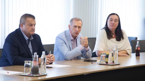Arbeiterbetriebsrat Michael Leitner, AK-Präsident Josef Pesserl und Angestelltenbetriebsrätin Renate Bauer kämpfen für den Standort Spielberg. © Temel, AK Stmk