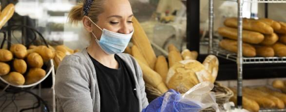 Bäckereiangestellte mit Schutzmaske © ivan, stock.adobe.com