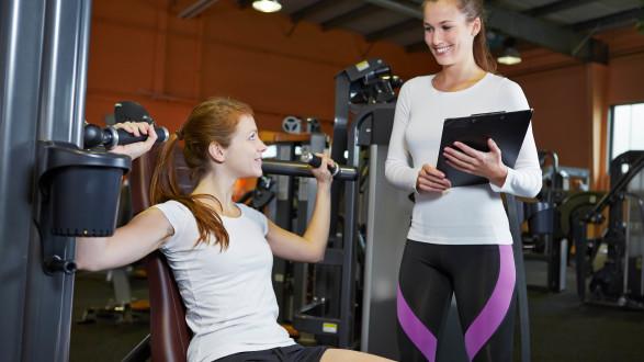 Junge Frau mit Trainerin im Ftinessstudio © SRobert Kneschke - stock.adobe.com, AK Stmk