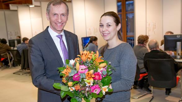 Ein Blumenstrauß für die 1.000ste Steuersparerin. © Graf-Putz, AK Stmk