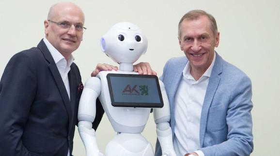 AK-Direktor Wolfgang Bartosch (links) und AK-Präsident Josef Pesserl mit Pepper. © Temel, AK Stmk