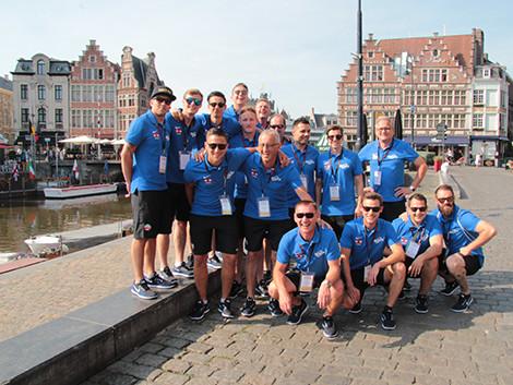 Das Fußballteam der IBIDEN Porzellanfabrik Frauenthal mit Funktionären, Firmenleitung und Unterstützern vor der wunderbaren Stadt-Kulisse von Gent. © Kacherl, Ak Stmk
