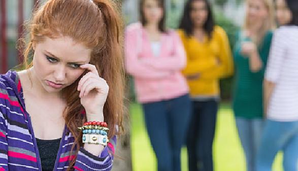 Mädchen vor tuschelnden Schülerinnen © WavebreakmediaMicro, Fotolia