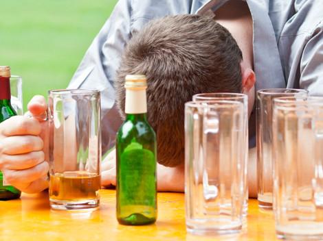 Jugendlicher döst vor leeren Gläsern © eyetronic, Fotolia