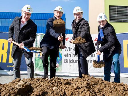 Peter Schaller (PORR Steiermark), AK-Präsident Josef Pesserl, VHS-Geschäftsführer Martin Bauer und AK-Direktor Wolfgang Bartosch eröffneten die Baustelle offiziell. © Graz, AK Stmk