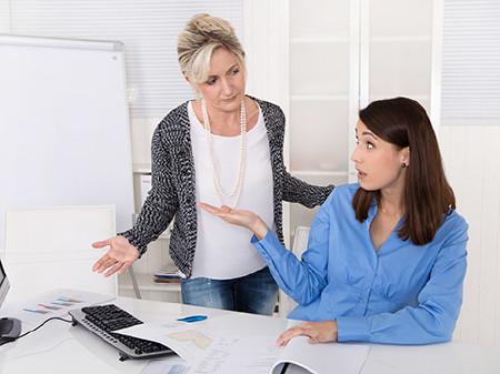 2 Arbeitskolleginnen haben offensichtlich Meinungsverschiedenheiten © Jeanette Dietl, Fotolia.com
