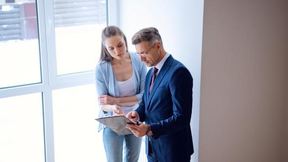 Steht ein Makler in einem Naheverhältnis zum Vermieter, muss der Makler vor dem Abschluss eines Mietvertrages schriftlich darauf hinweisen. © LIGHTFIELD STUDIOS - stock.adobe.com, AK Stmk