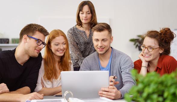 Studierende lernen gemeinsam vor Laptop © stock.adobe.com/contrastwerkstatt, AK Stmk