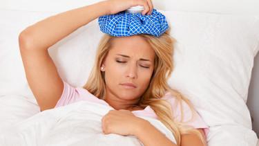 Junge Frau im Krankenstand - Sie liegt krank in Ihrem Bett! © Gina Sanders, Fotolia