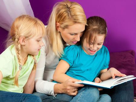 Mutter liest mit Kindern. © Kzenon, AdobeStock