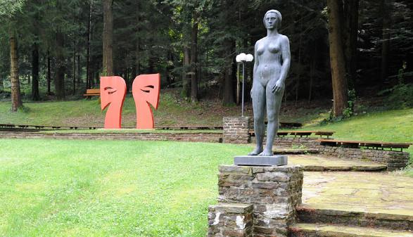 Kunst im Garten der OMAK. © Langmann, AK Stmk