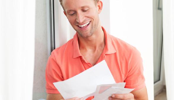 Arbeiter liest einen Brief © Cello Armstrong, Fotolia