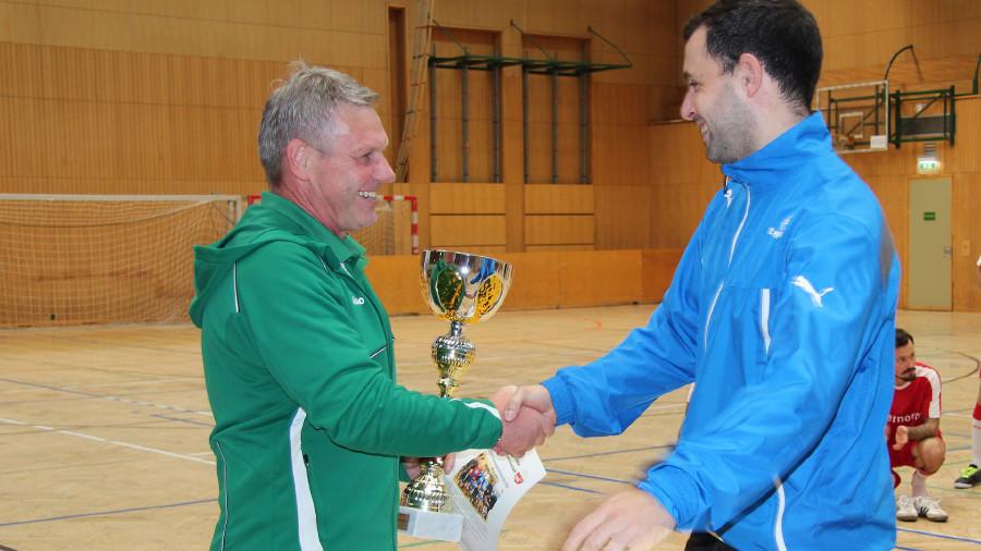 ÖGB Bezirksgeschäftsführer Günther Krainer gratuliert der Mannschaft von IBIDEN zum 1. Platz. © AK Stmk, AK Stmk