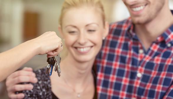 Pärchen bei der Schlüsselübergabe. © Contrastwerkstatt, Fotolia
