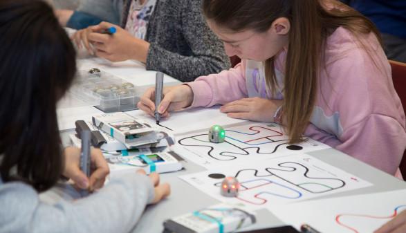 In Workshops und Kursen bieten AK und TU gemeinsam technisches Wissen für Mädchen an. © Temel, AK Stmk