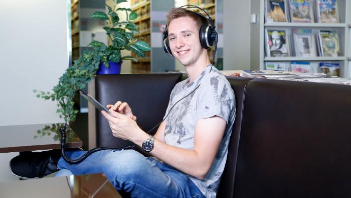 In der AK-Bibliothek gibt es auch Audio-Sprachkurse in 17 Sprachen. © Graf-Putz, AK Stmk