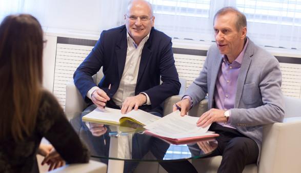 AK-Direktor Wolfgang Bartosch und AK-Präsident Josef Pesserl freuen sich, noch mehr Unterstützung anbieten zu können. © Graf-Putz, AK Stmk