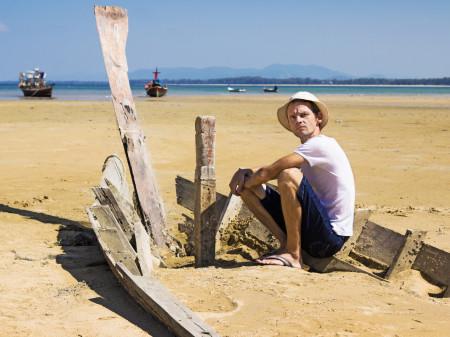 Mann sitzt frustriert am Strand in einem alten, kaputten Holzboot © Fotolia/sever180, AK Stmk