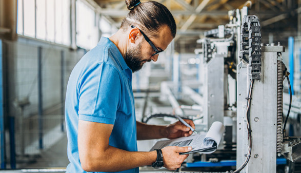 Arbeiter mit Klemmbrett in Produktionshalle © bedya, stock.adobe.com