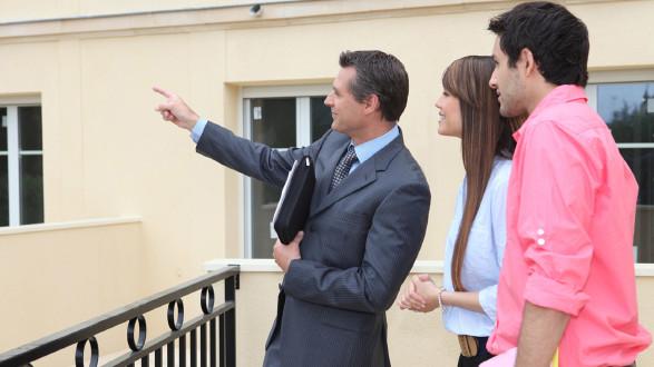 Immobilienmakler erklärt jungem Paar Objekt © auremar, Fotolia.com