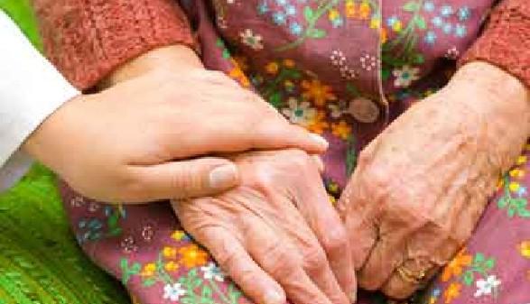 Pflegerin hält die Hand einer alten Pensionistin. © Sandor Kacso, fotolia.com