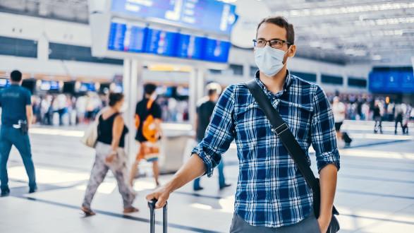 Mann am Flughafen © bublik_polina - stock.adobe.com, AK Stmk
