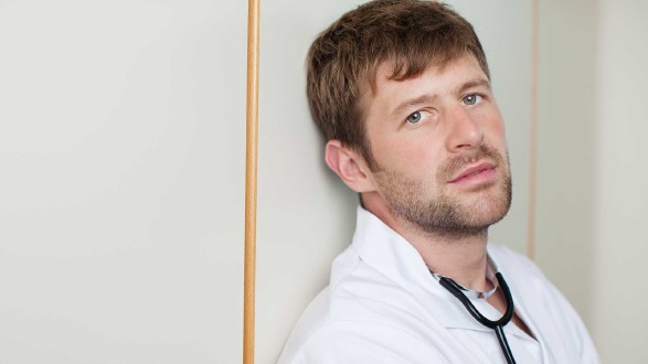 erschöpfter Pfleger lehnt an einer Mauer © contrastwerkstatt, stock.adobe.com