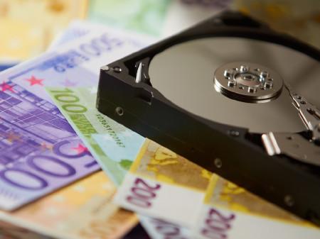 Eine Festplatte liegt auf Euro-Geldscheinen. © Fotolia.com/Thomas Scherr, AK Stmk