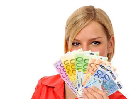 Junge Frau hält Geldscheine in der Hand © BildPix.de, fotolia