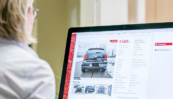 Frau sucht online nach Gebrauchtwagen. © Graf, AK Stmk
