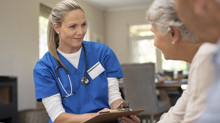 Krankenschwester im Gespräch mit Patienten. © Rido, Adobe Stock