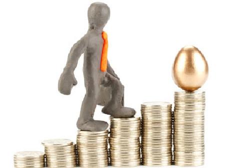 Figur besteigt Münzenstapel © Dmitriy Melnikov, fotolia.com